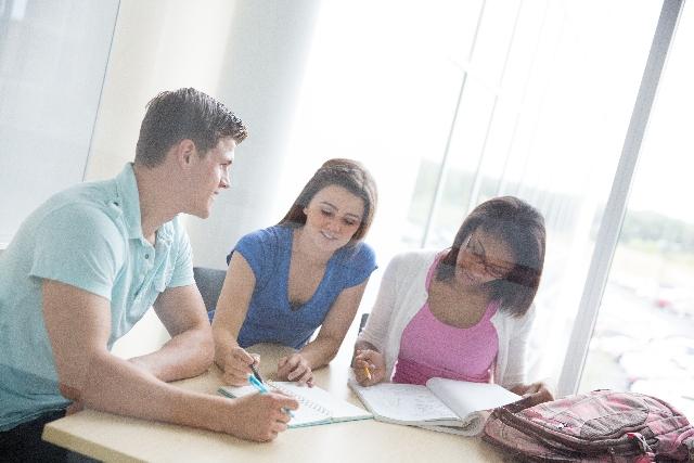 3人の英語ネイティブな男女の会話