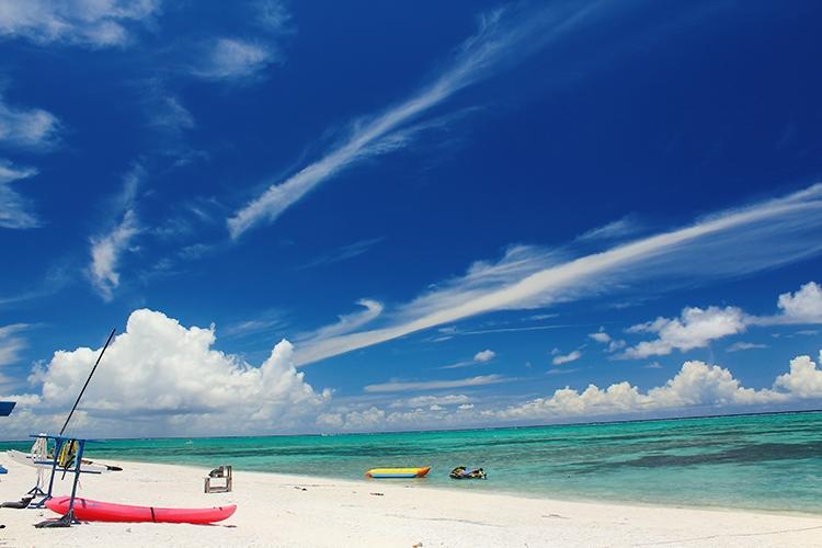 リゾートビーチと青い空