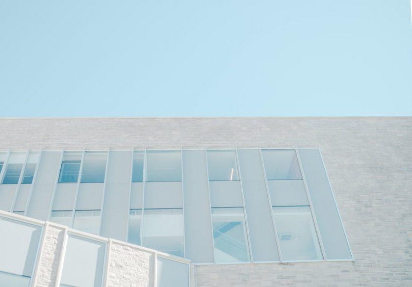 白いビルの外壁と水色の空