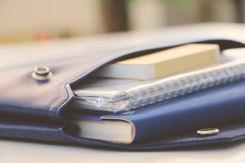 青いポーチに入ったノート
