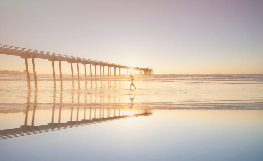 静かな水面に反射する夕日
