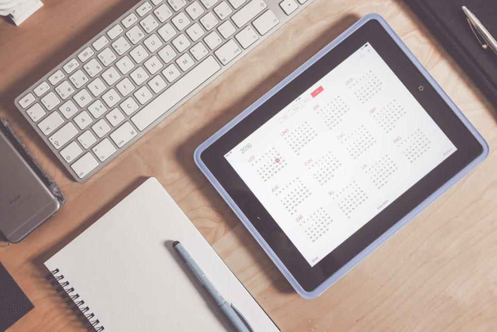 カレンダーを表示させたタブレットとノート