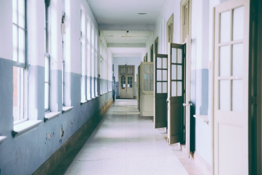 学校の廊下にたくさん並んだドア