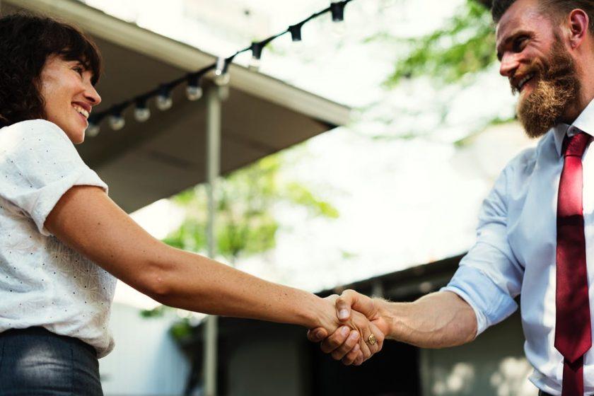 握手を交わす男女