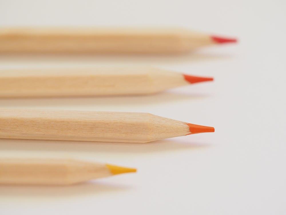 4本並んだ色鉛筆
