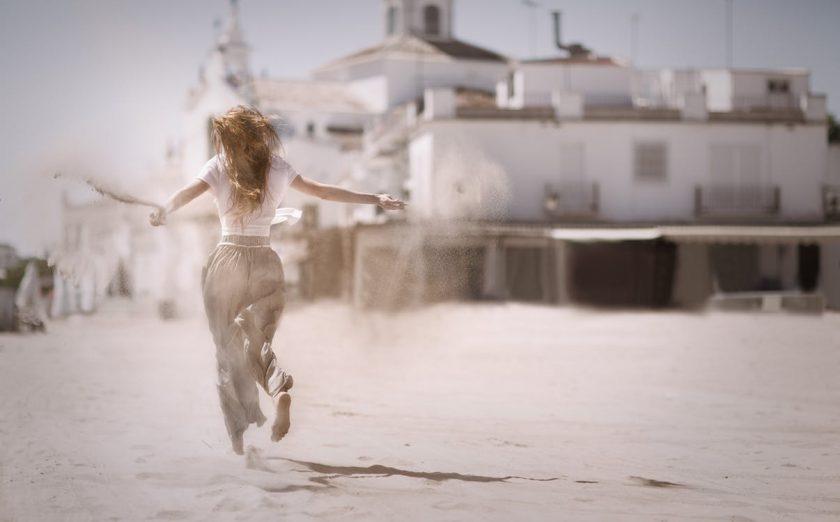 砂の上で踊る女性