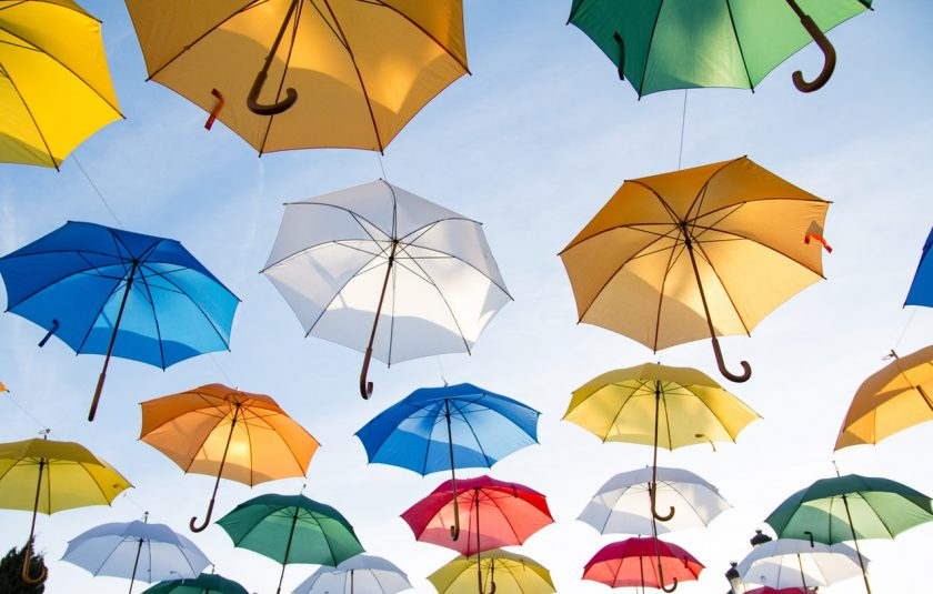 空に浮かんだ色とりどりの傘