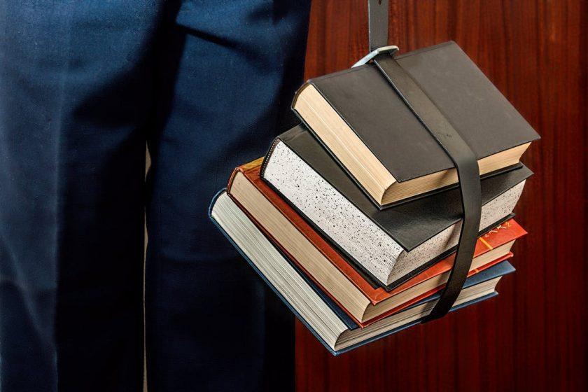 ベルトで結んでぶら下げられた4冊の本