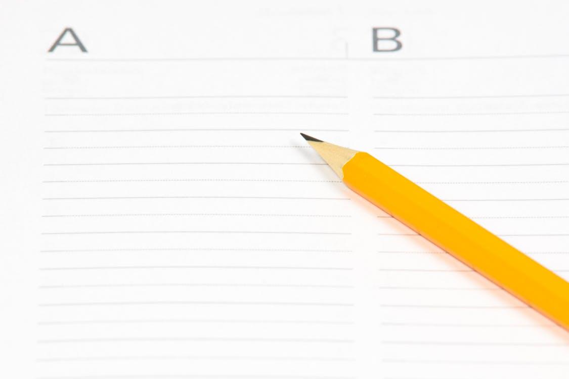 ノートに書かれたABと鉛筆