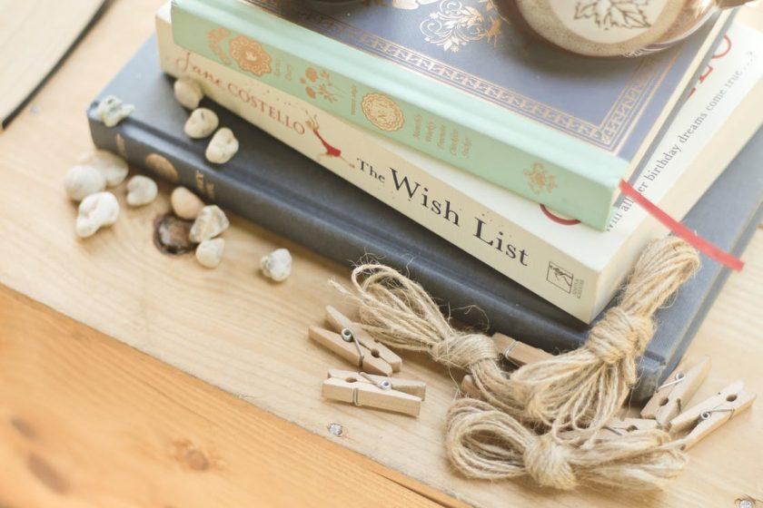かわいらしい小物と積まれた3冊の洋書