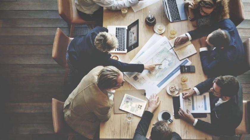 会議で積極的に話し合う大勢のビジネスマン