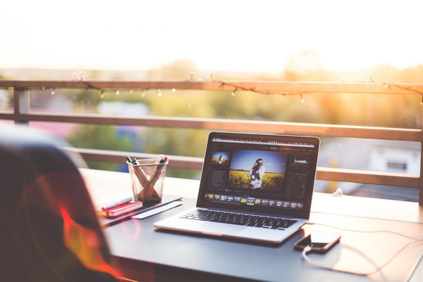 夕日が綺麗なテラスで開いたノートパソコン