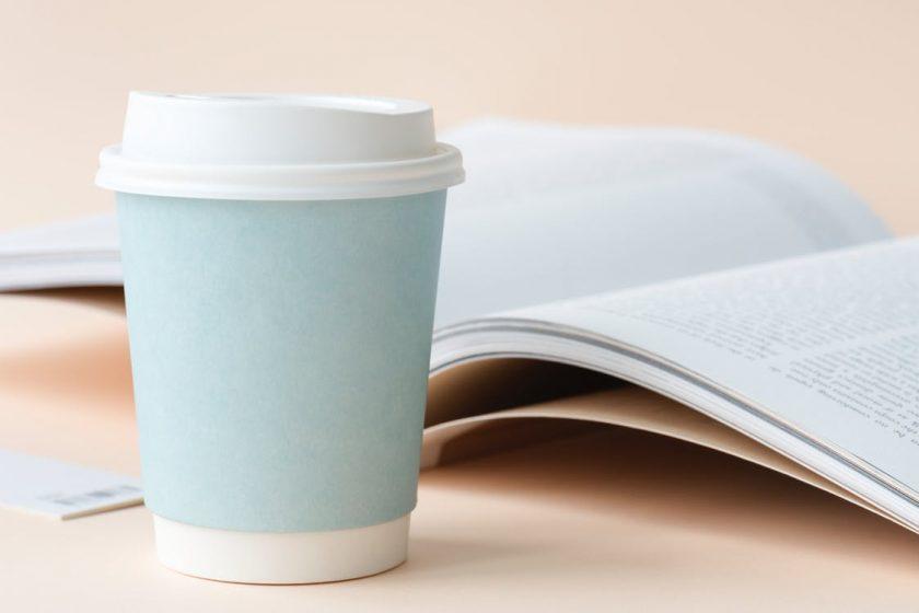水色の紙コップと開いた本