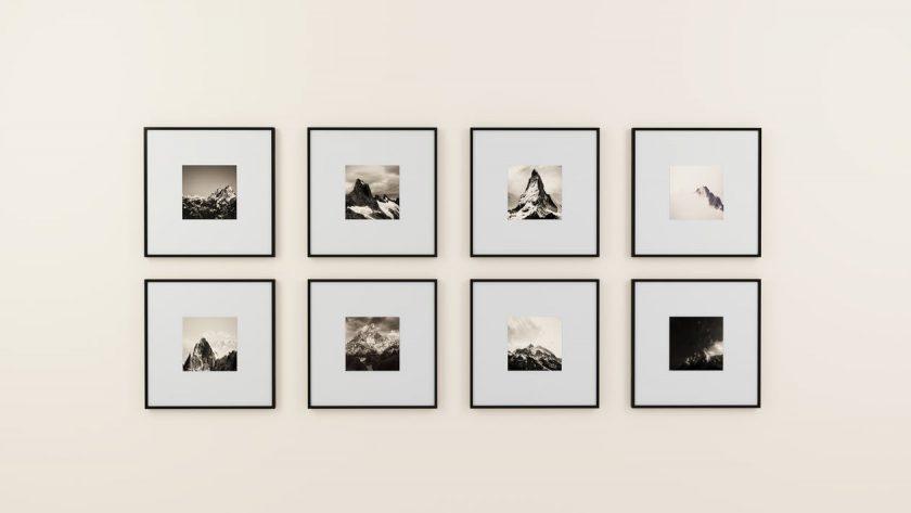 壁に飾られた8枚の写真