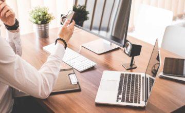 綺麗なオフィスのデスクトップとノートパソコン