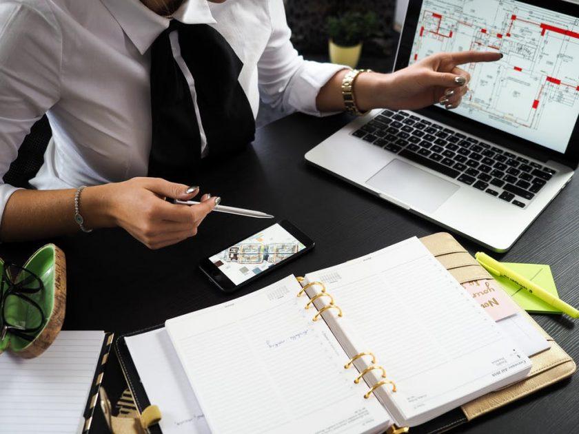 会議で説明するビジネスマン