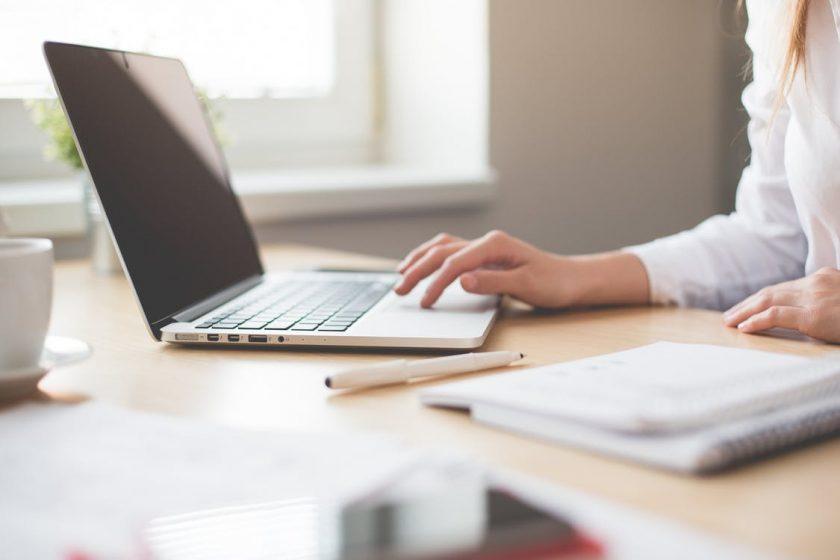 ノートパソコンで仕事をする女性