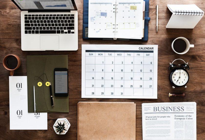 綺麗に並べられたカレンダーやパソコンやノート