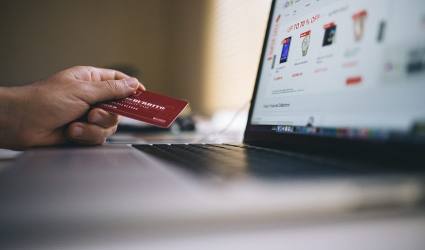 ノートパソコンとクレジットカード