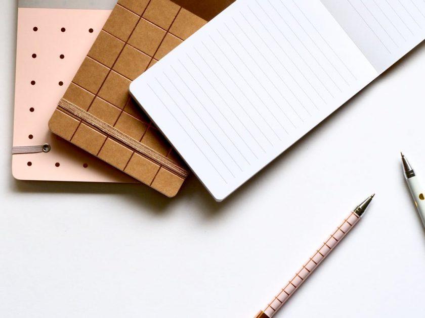 重ねられたメモ帳とペン