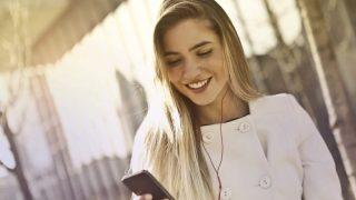 笑顔でスマホで電話をする海外の女性
