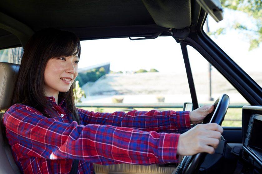 車の運転席に座る女性