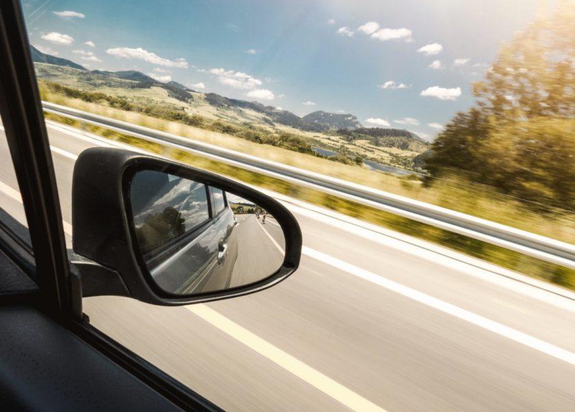 車の中から見た広大な景色とサイドミラーに移る後方