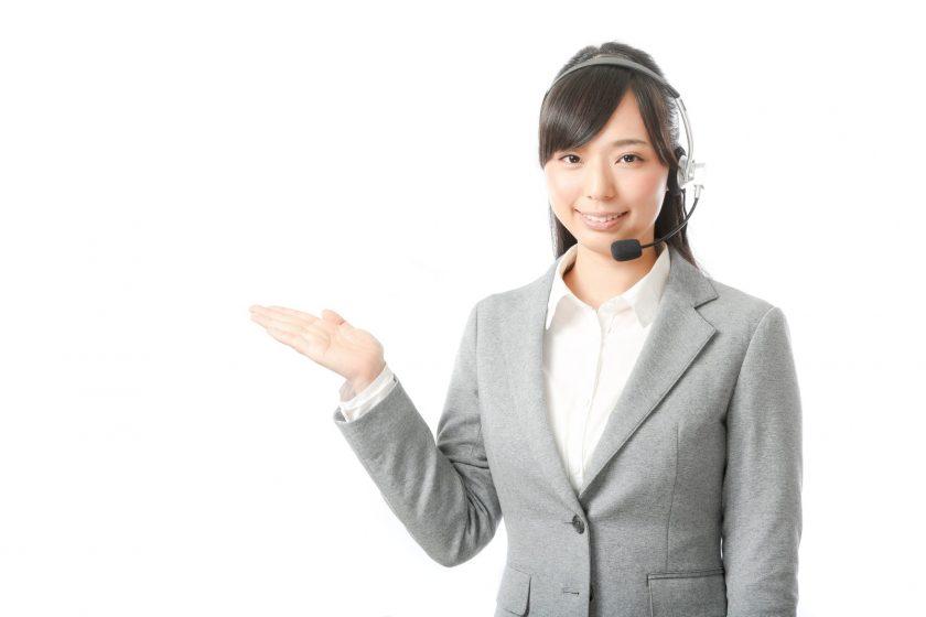 笑顔で隣を指すカウンセリングオペレーターの女性