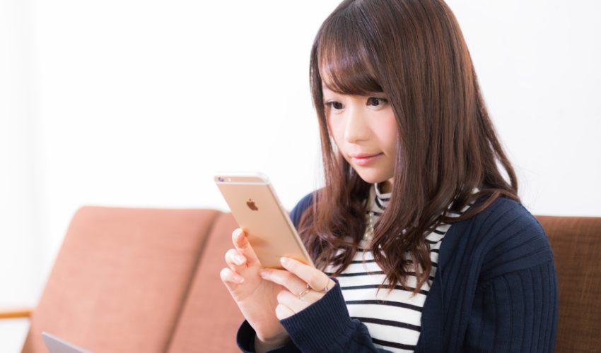 スマホでオンライン英会話レッスンを受ける女性
