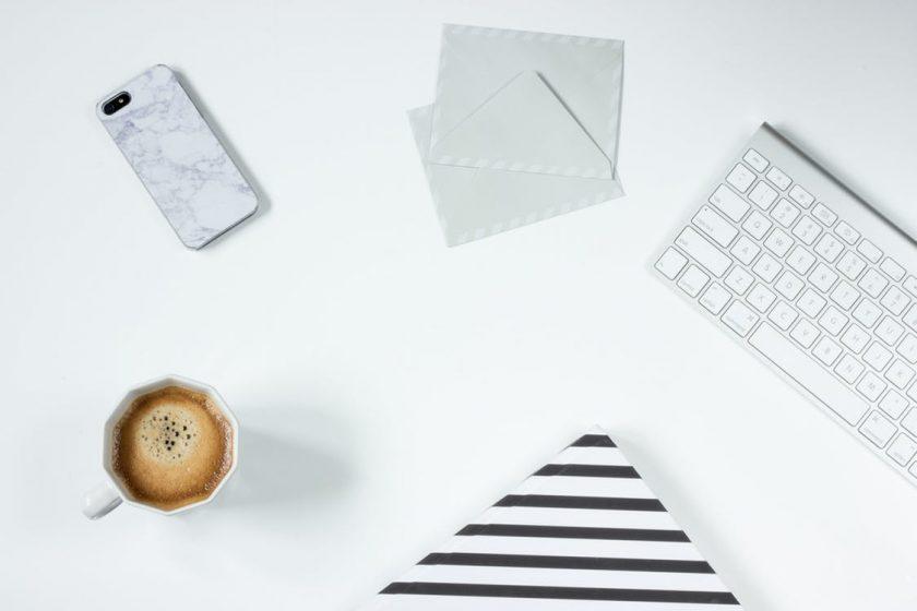 ワーキングデスクの上のコーヒーとキーボード