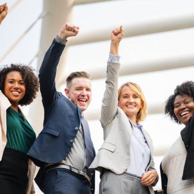 手を掲げる4人の欧米人の英語ネイティブ講師たち