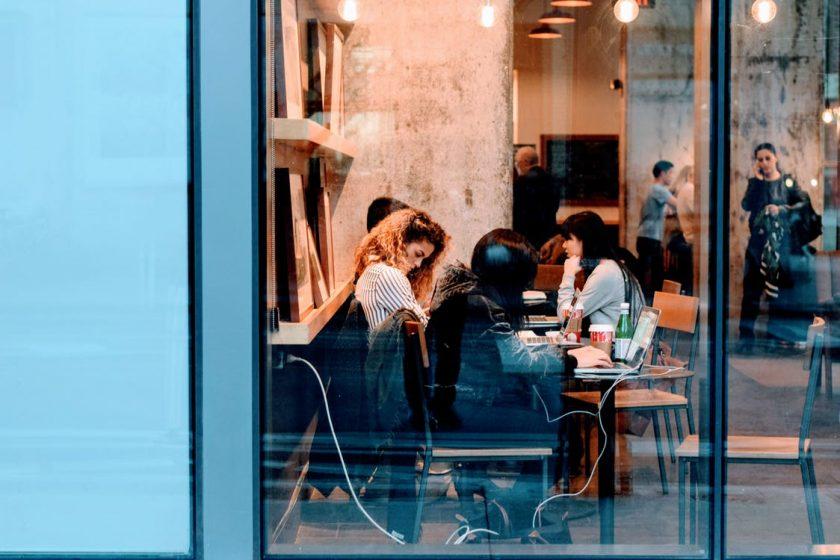 カフェのガラス越しに見えるお客さんたち