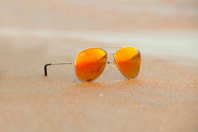 ビーチに置かれた黄色いサングラス