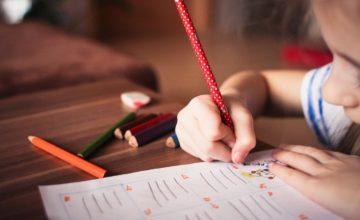 色鉛筆で絵日記をかく男の子