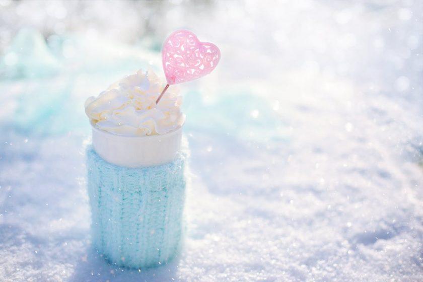 雪の上に置いたかわいいホットドリンク