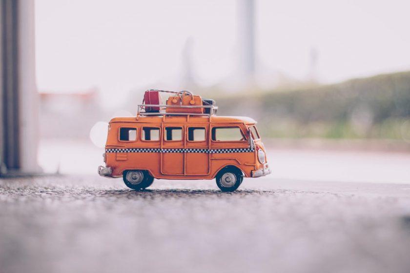 コンクリートの地面に置いたバスのミニカー
