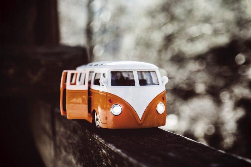 白とオレンジのバスのミニカー