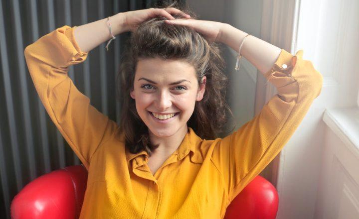 黄色い服を着た英語ネイティブ講師の女性