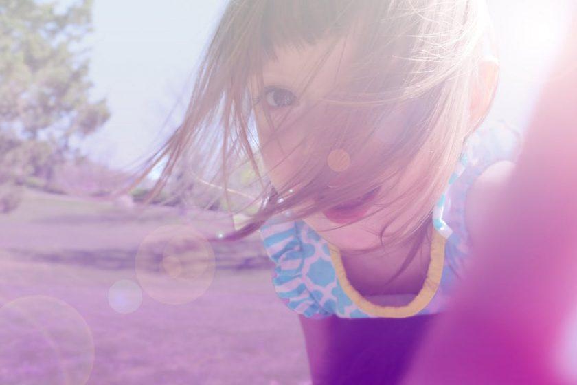 カメラに寄る少女の顔