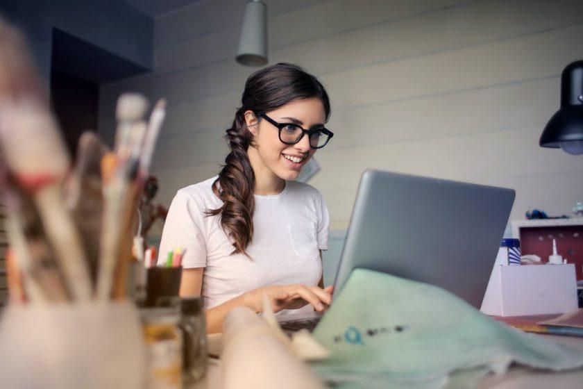 ノートパソコンに向かう欧米の英語ネイティブの女性