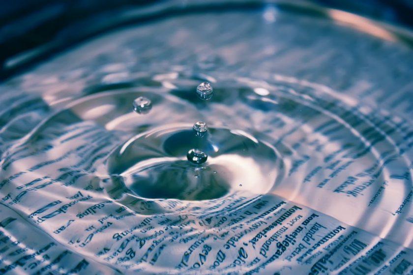 英字の上に落ちた水滴と広がる波紋