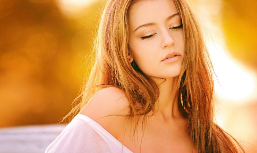 長い金髪の美しい伏し目の女性