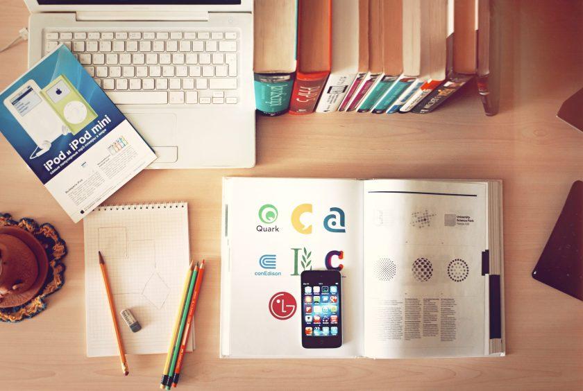 机の上の本とPCとiPhone