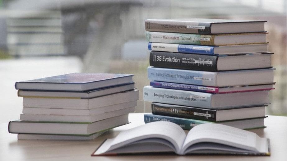 積み重ねた本