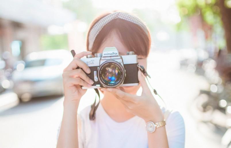 カメラを構えるおしゃれな女の子