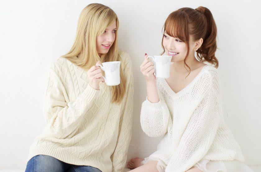 並んでコーヒーを飲む2人のかわいい女の子
