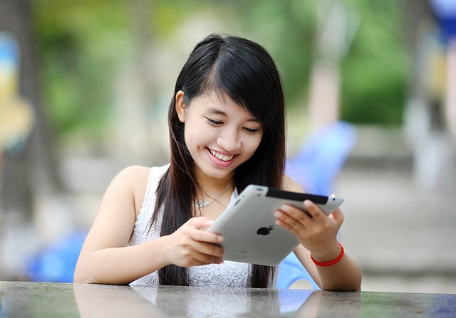 iPadを見てほほ笑むフィリピン人の女の子