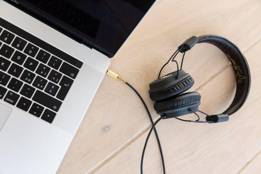 オンライン英会話用のヘッドセットとノートパソコン