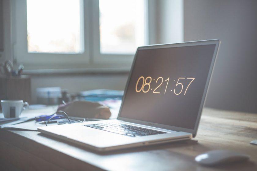 08:21:57と表示されたノートパソコンの画面