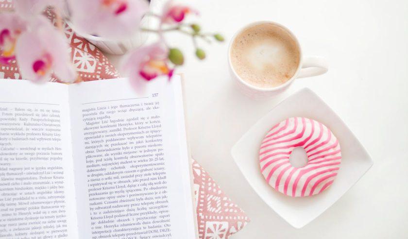 ピンクの花と洋書とコーヒーとドーナツ